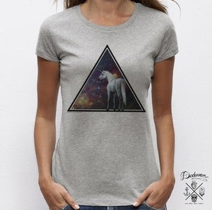 "Image of T-shirt gris ""Unicorn across the Universe"" by Dadawan X Camille Stella"