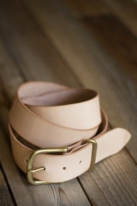 "Image of Men's 1.5"" Veg Tan Belt (Brass)"