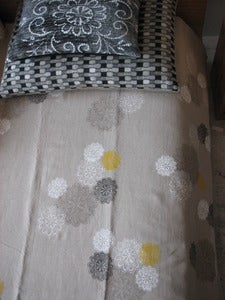 Image of daisy with yolk bedlinen