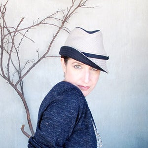 Image of Fedora Courant in navy & greige