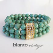 Image of BRAZALETE VERDE CON PIEZA DE STRASS
